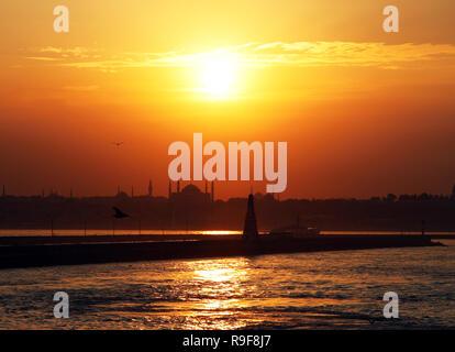 Au coucher du soleil, brise-lames de la péninsule historique et de Hagia Sofia, Istanbul, Turquie. Cette photo a été prise du quartier de Kadikoy. Banque D'Images