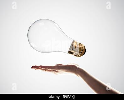 Apportez votre nouvelle idée présentée par ampoule dans la main de l'homme Banque D'Images