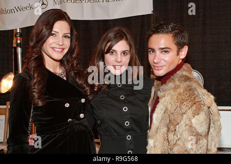 NEW YORK - 16 février : Le correspondant de NBC News Julia Allison, journaliste 12 Kristin Thorne et Adrien Domaine assister à la Tibi fashion show Automne 2010 Mercedes-Benz Fashion Week au Bryant Park le 16 février 2010 à New York. (Photo par Steve Mack/S.D. Mack Photos) Banque D'Images
