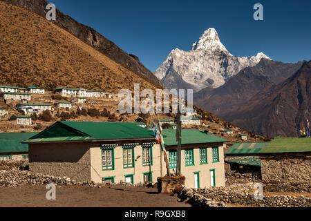 Le Népal, Everest Base Camp Trek, Khumjung, maisons de village avec vue sur l'Ama Dablam