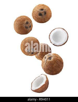 Tomber la noix de coco, isolé sur fond blanc, la profondeur de champ, chemin de détourage Banque D'Images