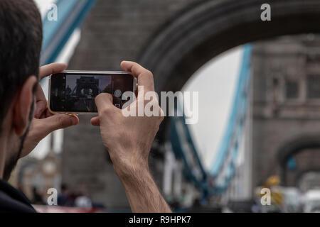 Prise de photos touristiques de la Tower Bridge avec son iPhone à Londres, Royaume-Uni Banque D'Images
