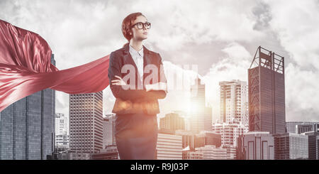 Notion de puissance et avec succès dans de grands super-héros businesswoman Banque D'Images