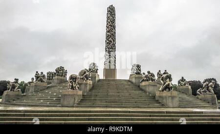 Oslo, Norvège - 27 septembre 2018: 'Monolith' est une composition sculpturale centrale dans parc Frogner, créé par le sculpteur Vigeland Gustavo. Montre un perso