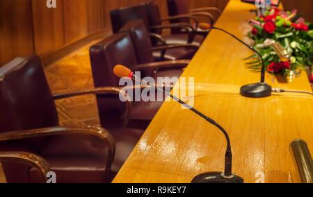 Close up de microphones et de chaises vides dans la salle prête à parler en public. Rassemblement universitaire Banque D'Images