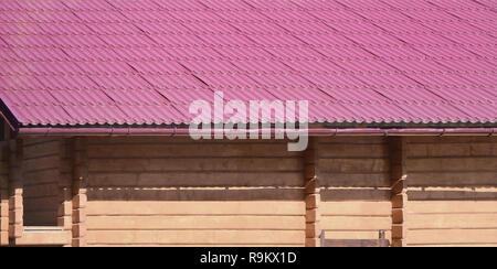 Maison avec un toit en feuilles de métal solide, formé comme une vieille tuile Banque D'Images