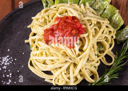 Les pâtes spaghetti avec sauce à la crème de fromage avec de la sauce tomate et le thym. Banque D'Images