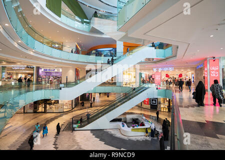 Interior of modern Al Kout mall à Kuwait, Koweït, au Moyen-Orient. Banque D'Images