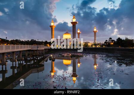 Bukit Jelutong mosquée dans la matinée avec reflet dans le lac Banque D'Images