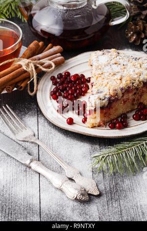Gâteau traditionnel de Noël avec des fruits secs, les raisins secs et une tasse de thé sur une table en bois avec des décorations de Noël Banque D'Images