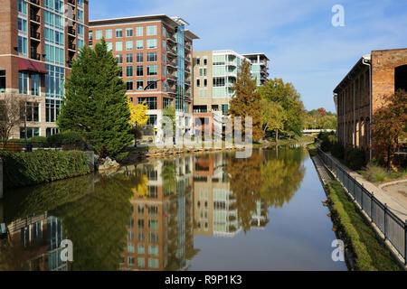 La ville de Greenville - bâtiments reflétant à Reedy River Banque D'Images