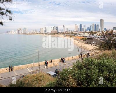 Tel Aviv, Israël - 4 Février, 2017: Vue de la promenade de Jaffa. Les gens se détendre sur la plage Tel Baruch à Tel Aviv. Banque D'Images
