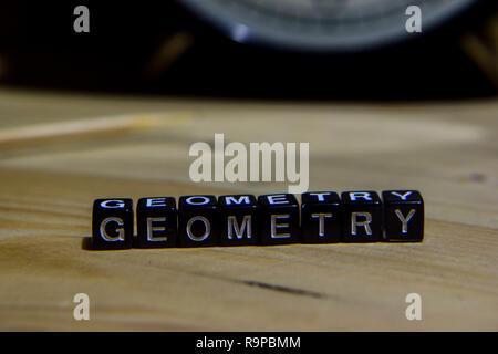 Écrit géométrie sur des blocs de bois. L'éducation et l'entreprise concept sur fond de bois Banque D'Images