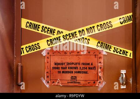 La ville de New York, USA - 25 juin 2018: scène de crime ne pas traverser en bandes d'avertissement contre shoplifts librairie Banque D'Images