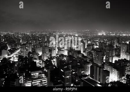 L'horizon lumineux de la ville de Sao Paulo, la plus grande ville du Brésil, au cours de la soirée/nuit. D'innombrables bâtiments et shining bright lights vu dans ce b Banque D'Images