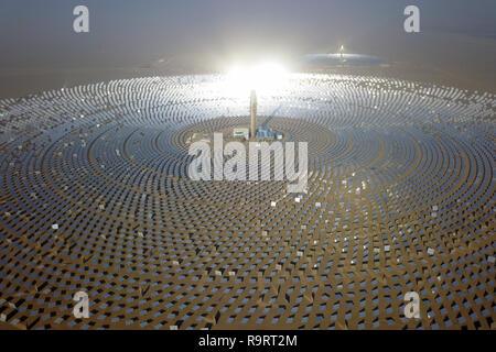 Dunhuang. Dec 26, 2018. Photo aérienne prise le 26 décembre 2018 montre un sel fondu-centrale thermique solaire à Dunhuang, nord-ouest de la Chine, la province du Gansu. Le projet des 100 mégawatts d'énergie solaire à sel fondu centrales solaires à concentration (CSP) Plante, capable de fournir une alimentation électrique ininterrompue de 24 heures, s'est terminé le jeudi. Ventilateur/Peishen Crédit: Xinhua/Alamy Live News Banque D'Images