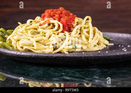 Spaghetti carbonara sur plaque de marbre. Libre Banque D'Images
