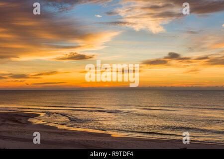 Le lever du soleil sur le golfe du Mexique sur l'île de St George dans l'enclave ou oublié de la côte de la Floride aux États-Unis