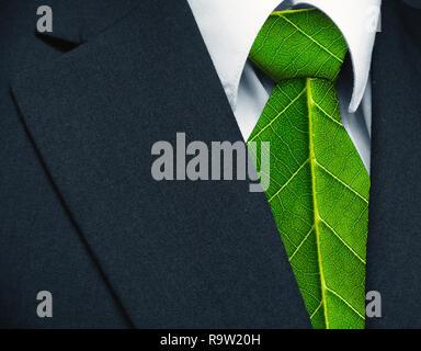 Costume et cravate vert feuilles comme représentant un travail naturel pour la défense d'un environnement verdoyant. Banque D'Images