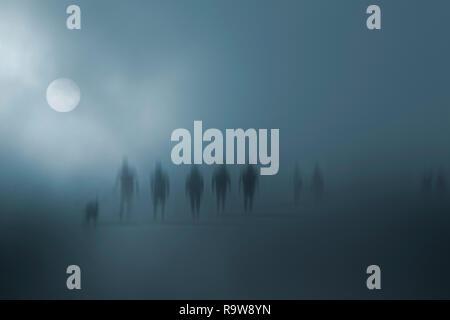 Les personnes qui s'estompent mystérieux dans le brouillard Banque D'Images