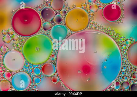 Résumé fond coloré de gouttes d'huile sur l'eau Banque D'Images