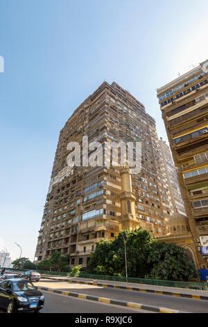 Scène de rue à Giza, Cairo, Égypte, grand appartement résidentiel typique en bordure de bloc avec des unités de climatisation et d'un petit minaret mosquée Banque D'Images