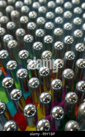 L'oxyde nitreux cannisters vide reflétant couleurs psychédéliques: les cylindres de métal contiennent de l'oxyde nitreux et sont utilisés pour fouetter la crème, et comme haut juridique
