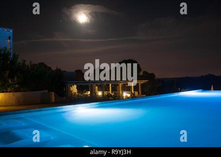 Piscine dans le magnifique complexe de luxe dans la nature sans les gens et belle lune, près de Laghi Alimini, Lecce, Pouilles, Salento, Italie du Sud Banque D'Images
