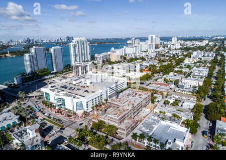 Miami Beach Floride vue aérienne au-dessus d'une baie de Biscayne, cinquième et Alton Shopping Center center Magasin cible en vertu de constructi Banque D'Images