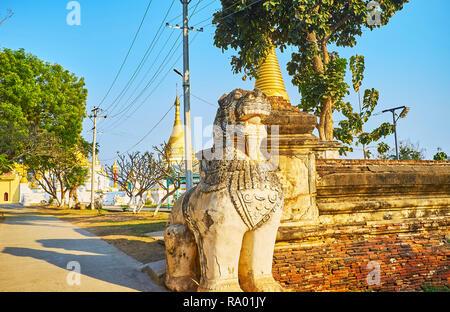 L'ancienne statue de chinthe - le lion ou leogryph Maha Aungmye Bonzan gardien de monastère à Ava, Myanmar. Banque D'Images