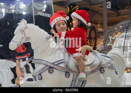 9838cb405c428 ... Mère et fille appréciant les vacances en tenues de Noël. Banque D Images