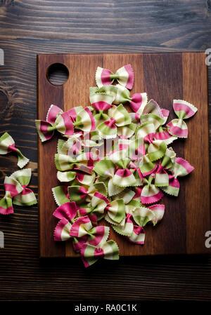 Matières premières italiennes pâtes farfalles multicolores. Vue de dessus