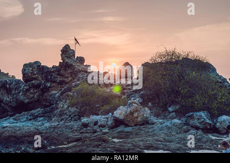 Beau paysage marin. Mer et rocher au coucher du soleil. Composition de la Nature Banque D'Images