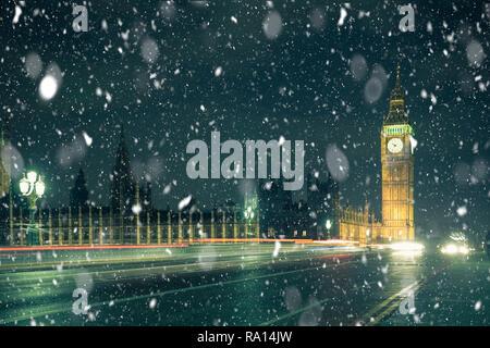Scène d'hiver Londres avec Big Ben et l'abbaye de Westminster dans la nuit avec la neige qui tombe Banque D'Images