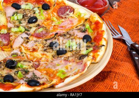 Six tranches de pizza avec des garnitures différentes sur planche de bois. Studio Photo Banque D'Images