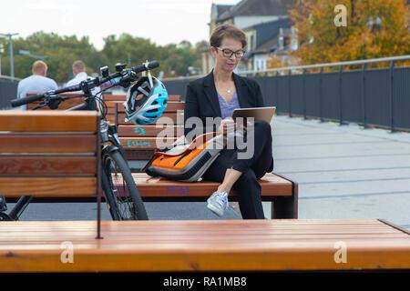 Cyclisme sur piste rapide, Radschnellweg MŸlheim RS1, dans an der Ruhr, Allemagne, sur un ancien viaduc de chemin de fer, au milieu du centre-ville, de banlieue, avec Banque D'Images