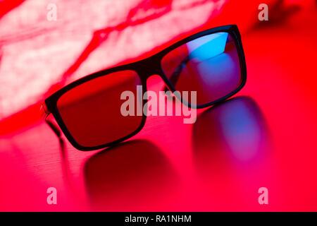 c261d8ae867d13 Concept de soleil  Close up de lunettes de soleil sur fond rose Banque  D Images