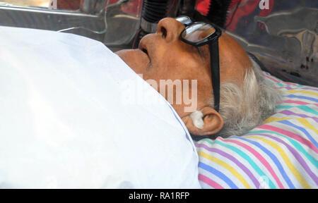Kolkata, Inde. Dec 30, 2018. (NOTE DU RÉDACTEUR: Image représente la mort.) film mythique bouilloire Mrinal Sen est décédé à l'âge de 95 ans dans sa résidence. Credit: Saikat Paul/Pacific Press/Alamy Live News
