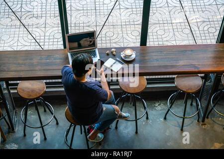 Freelancer asiatiques à l'aide de smart phone