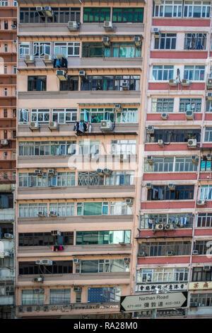 Appartements empilés les uns sur les autres dans ce bloc appartement typique de Nathan Road à Hong Kong Banque D'Images