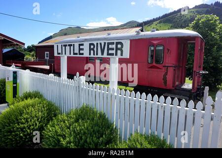La station de la rivière Little signe devant l'ancienne gare, avec une vieille voiture abandonnée permanent sur les voies