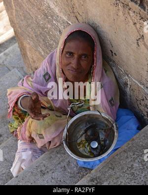 Des femmes asiatiques pour mendier de l'argent dans les rues d'Udaipur, Rajasthan, Inde de l'Ouest, en Asie.