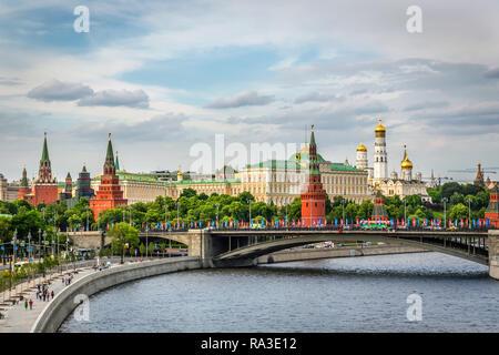 Moscou, Russie - 5 juin 2018 - Le Kremlin Palace vue depuis un pont dans la rivière en un jour d'été de la Russie Banque D'Images