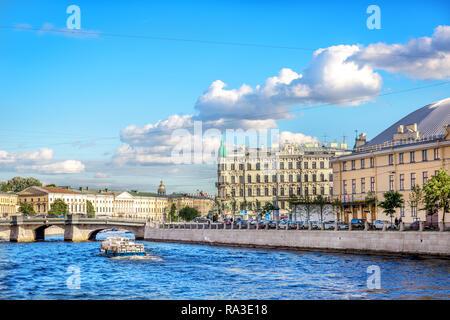 Saint Petersburg, Russie - 8 juin 2018 - Un bateau avec la navigation touristique dans un fleuve bleu dans le canal de Saint Petersbourg en Russie Banque D'Images