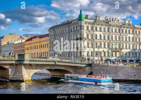 Saint Petersburg, Russie - 8 juin 2018 - un bateau touristique en face de l'incroyable musée de l'Ermitage à Saint-Pétersbourg en fin d'après ... Banque D'Images