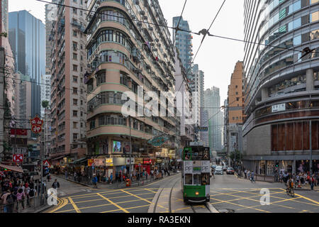 Un tram pour Happy Valley traverse la jonction de Johnston, Wan Chai et Fleming Routes en animation de Wan Chai. Banque D'Images