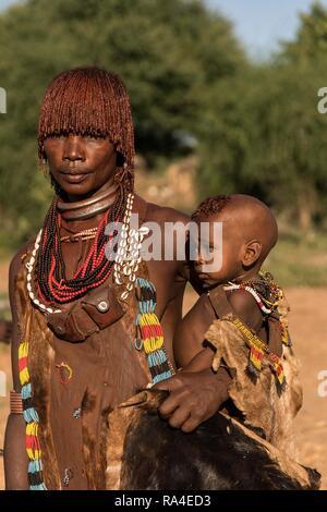 Femme avec bébé de la tribu Hamer en vêtements traditionnels, Turmi, Sud de l'Éthiopie, région de la Nation Banque D'Images