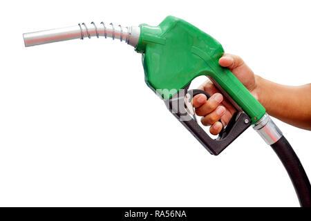Bonne mains d'hommes qui étaient titulaires d'un injecteur automatique pour faire remplir à l'huile, isolé sur fond blanc Banque D'Images