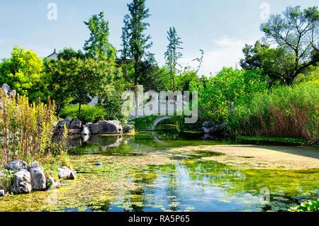 Un pont voûté sur un étang artificiel au sein de l'ancienne ville Luzhi région pittoresque dans la province de Jiangsu en Chine Chen sur un ciel bleu ensoleillé jour. Banque D'Images