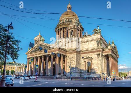 Saint Petersburg, Russie - 8 juin 2018 - La Cathédrale Saint Isaac en fin d'après-midi avec un croisement des lignes de câble devant elle en Russie Banque D'Images